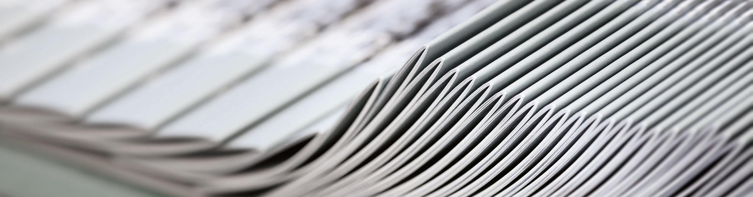 Rückstichgeheftete Broschüren auf dem Sammelhefter