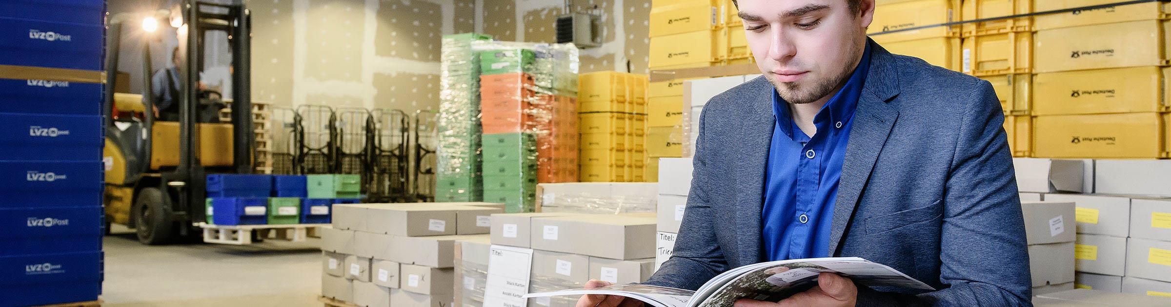 Lettershop Mitarbeiter kontrolliert den Druck einer Broschüre