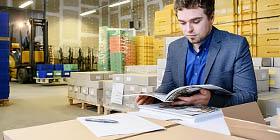 Lettershop Qualitätskontrolle vor dem Versenden einer Broschüre